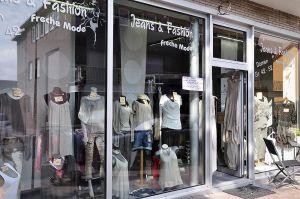Schaufensterdekoration von Jeans & Fashion